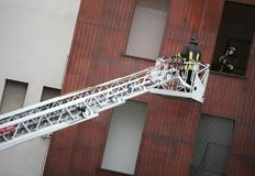 Deux sapeurs-pompiers dans l'action pendant une pratique à la bouche d'incendie images stock
