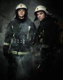 Deux sapeurs-pompiers dans une fumée Image stock