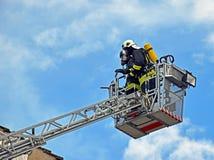 Deux sapeurs-pompiers sur une échelle photographie stock libre de droits