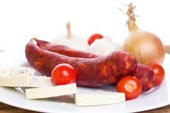 Deux saucisses à la maison de plat avec du fromage et le légume Images libres de droits