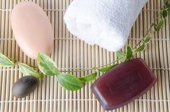 Deux savons et une serviette Photographie stock libre de droits