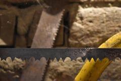 Deux scie des lames, celle au foyer a cassé des dents photo stock