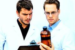 Deux scientifiques travaillant ensemble Image stock