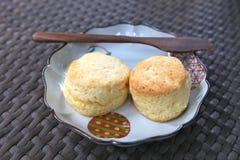 Deux scones avec le couteau en bois Photo stock