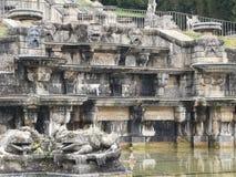 Deux sculptures des crapauds dans le domaine national de Saint Cloud la grande cascade, France image stock