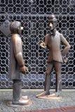 Deux sculptures en bronze devant un métal râpent à Cologne en Allemagne Image stock