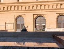 Deux sculptures en bronze femelles en Pilar Square, Saragosse, Espagne Copiez l'espace pour le texte image libre de droits