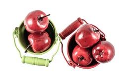 Deux seaux avec les pommes rouges Image libre de droits