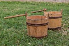 Deux seaux en bois sur le pré Images stock