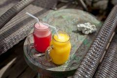 Deux secousses de fruit colorées sur la table en bois Été et humeur tropicale Smoothie de fruit mélangé par froid de boissons, de photos stock