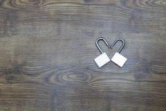 Deux serrures dans la forme du coeur sur la table en bois Vue supérieure Symbole de jour du ` s de Valentine Photographie stock libre de droits