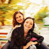 Deux sexy, belles jeunes femmes heureuses Photographie stock