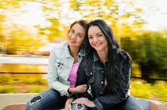 Deux sexy, belles jeunes femmes heureuses Photo libre de droits