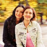 Deux sexy, belles jeunes femmes heureuses Images libres de droits