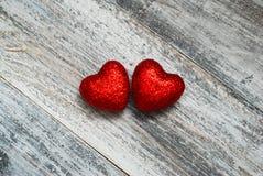 Deux Shinny les coeurs rouges sur le plancher en bois avec l'espace de copie Saint Valentin de concept Émotion d'amour et de bonh Image libre de droits
