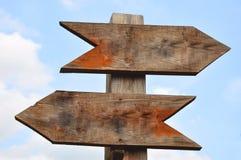 Deux signaux de direction en bois Photos libres de droits