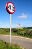 Deux signes de 40 milles à l'heure. photos stock
