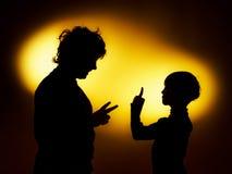 Deux silhouettes du garçon expressif montrant des émotions utilisant le gesticu image libre de droits