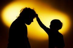 Deux silhouettes du garçon expressif montrant des émotions utilisant le gesticu image stock