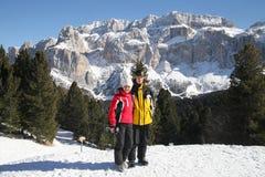 Deux skieurs dans la forêt d'hiver Photos stock