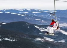 Deux skieurs sur une plate-forme sur un fond de hautes montagnes de neige Photos stock