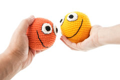 Deux smiley chez des mains de la femme et d'homme Image stock