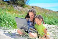 Petites filles avec l'ordinateur Photo stock