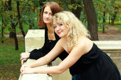 Deux soeurs à l'extérieur Photographie stock libre de droits