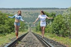 Deux soeurs à l'extérieur Image stock