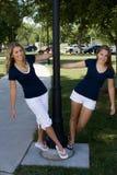 Deux soeurs à un stationnement Image stock