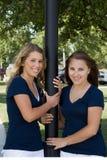 Deux soeurs à un stationnement Photographie stock libre de droits