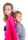 Deux soeurs adorables de petites filles sont pressées Image stock