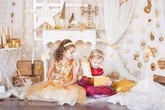 Deux soeurs avec des cadeaux de Noël Image libre de droits