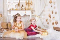 Deux soeurs avec des cadeaux de Noël Photos stock