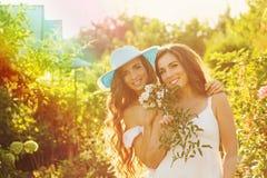 Deux soeurs avec des fleurs Photographie stock libre de droits