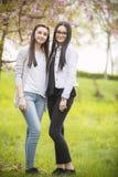 Deux soeurs ayant l'amusement dans le stationnement Photos stock