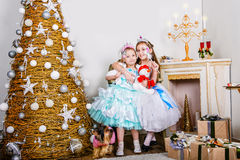 Deux soeurs bien habillées dans Noël images stock