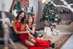 Deux soeurs de filles ont pour détendre et amusement dans une chambre décorée pendant Noël et la nouvelle année Image stock
