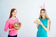 Deux soeurs de l'adolescence célébrant Pâques Photos stock