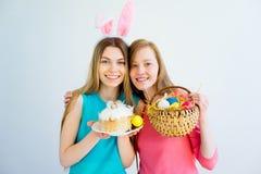 Deux soeurs de l'adolescence célébrant Pâques Images stock