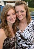 Deux soeurs de l'adolescence heureuses Image stock