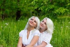 Deux soeurs heureuses dehors en été Image stock