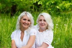 Deux soeurs heureuses dehors en été Image libre de droits
