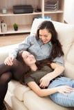 Deux soeurs heureuses passant le temps de qualité ensemble Photographie stock