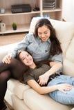 Deux soeurs heureuses passant le temps de qualité ensemble Photo stock