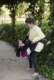 Deux soeurs jouant dans un jardin Images stock