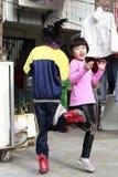 Deux soeurs jouant le jeu classique du panier de tricotage Image stock