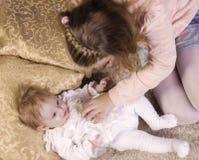 Deux soeurs jouant les uns avec les autres Concept de famille et d'amour Photographie stock