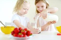 Deux soeurs mangeant de la céréale avec du lait Image libre de droits