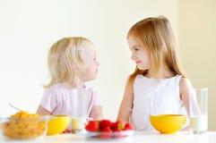 Deux soeurs mangeant de la céréale avec du lait Photos libres de droits